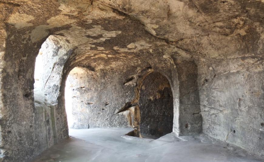 Felsenhöhle neben der Poterne. Kapelle St. Nicolai. (Foto: 2013)