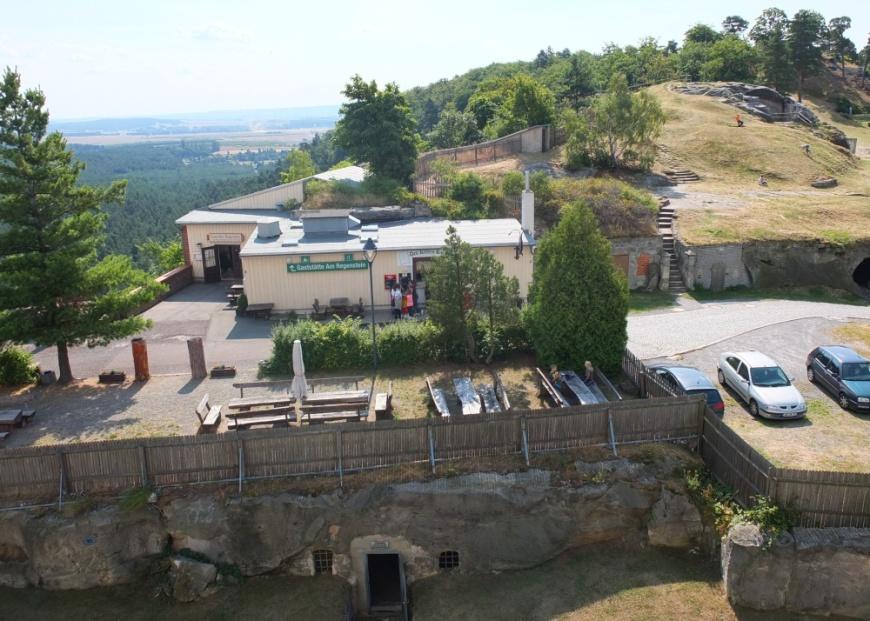 Festung Regenstein: Blick von der Felsenburg auf die Gasstätte und das östliche Gelände.