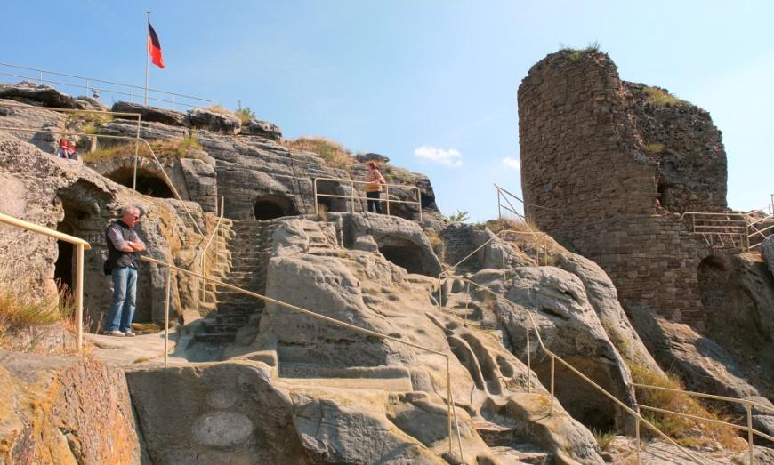 Felsenburg Regenstein, Höhlen und Reste des Bergfrieds.