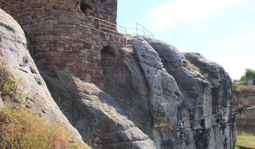 Burg Regenstein, Sockel des Bergfrieds.