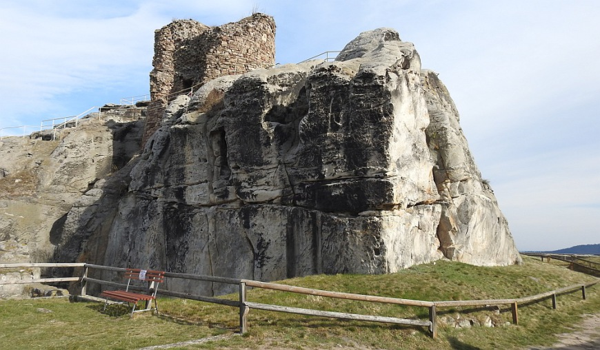Felsblock der Burgruine Regenstein. Diese Höhlen können derzeit nicht besichtigt werden. (Foto: 2017)
