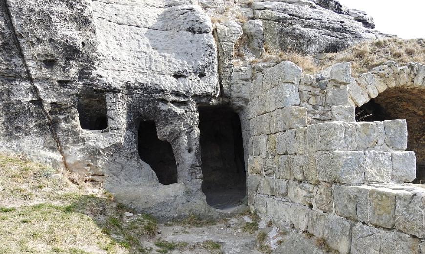 Burgruine Regenstein - Höhle links der Poterne.