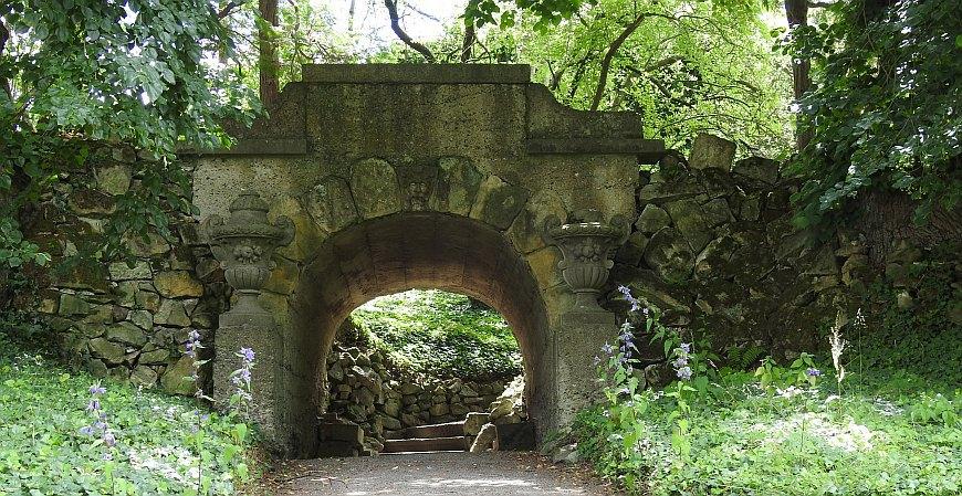 Roseburg - Torbogen im Park
