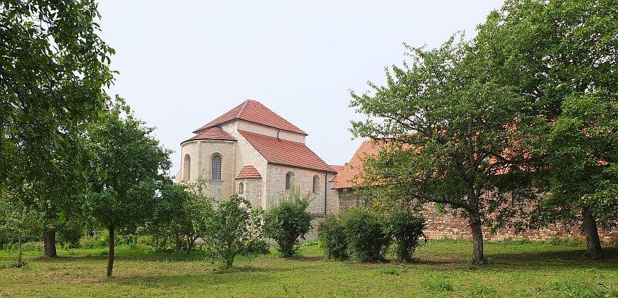 Konradsburg - Blick vom Garten auf die Kirche.