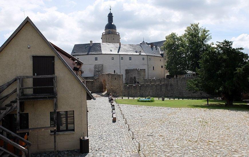 Burg Falkenstein - Blick über die Vorburg zur Kernburg