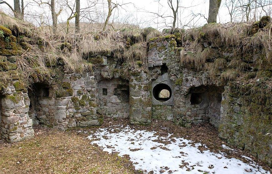 Burgruine Hohnstein (Harz) - Reste des Artillerieturmes.