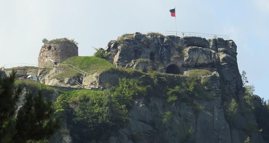 Der Regenstein von den Sandhöhlen im Heers aus gesehen.