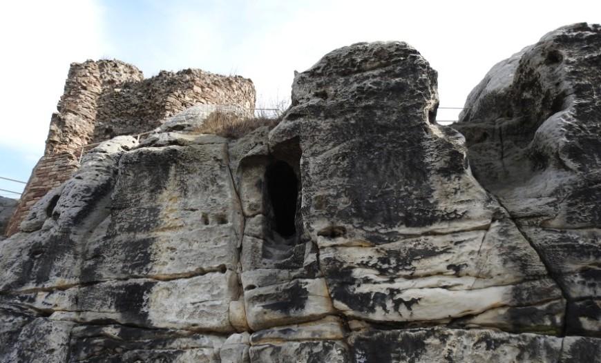 Felsblock der Burgruine Regenstein. Reste der mittelalterlichen Burg. (Foto: 2017)