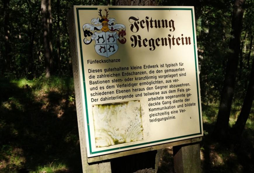 Festung Regenstein - Hinweisschild zur Fünfeckschanze. (Foto: 2017)