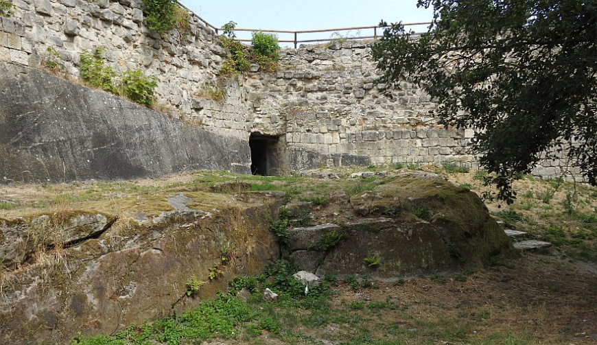 Burg Regenstein - Felspodest am Ausgang des Raubgrafentunnels (Foto: 2018)