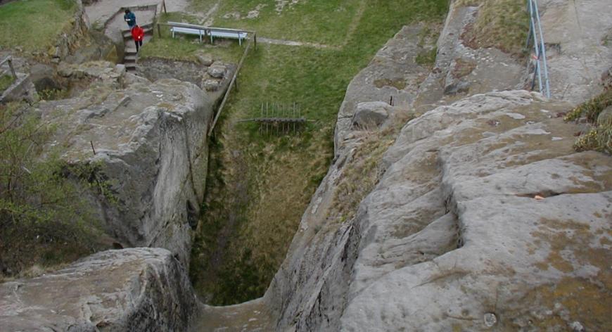 Burg Regenstein, Blick vom Bergfried in den Halsgraben. Links unten das Teufelsloch.