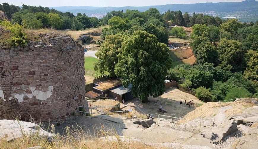 Burg Regenstein - Vorfeld der Burg, im Hintergrund die Stadt Blankenburg. (Foto: 2018)