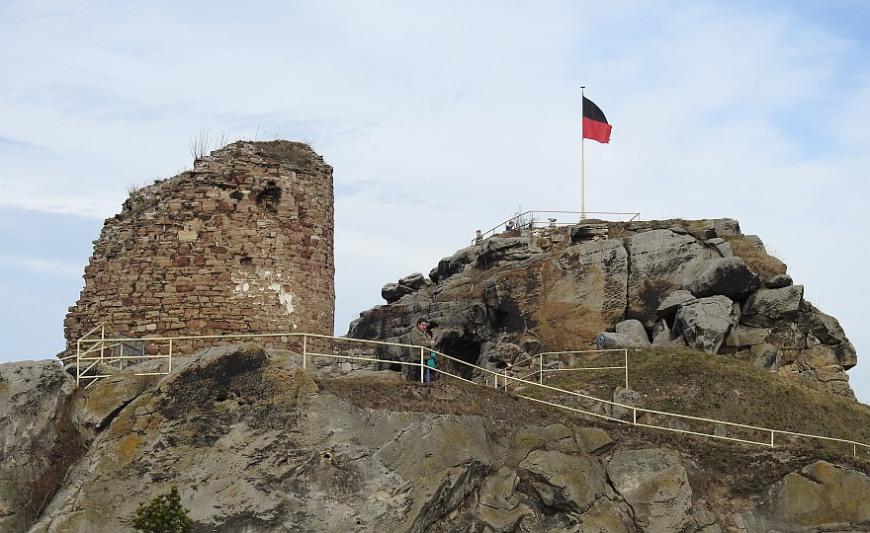 Burgruine Regenstein - Bergfried und Plateau. (Foto: 2016)